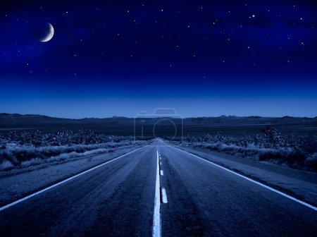 Photo pour Une route déserte la nuit menant à l'infini. - image libre de droit