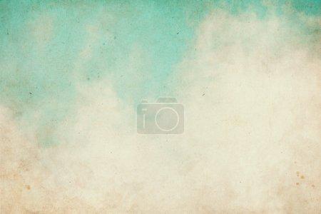 Photo pour Brouillard et nuages sur un fond de papier vintage texturé avec des taches de grunge . - image libre de droit