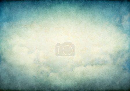 Photo pour Brouillard et nuages aux couleurs rétro jaune et vert éclatant. Image affiche un grain de papier agréable et la texture - image libre de droit
