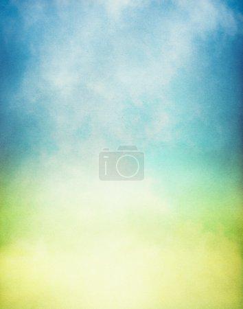 Photo pour Brouillard et brouillard jaillissant d'une flaque de lumière jaune et verte. Image a une superposition de papier texturé et motif de grain visible - image libre de droit