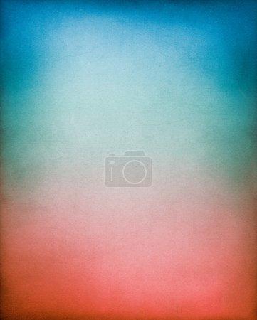 Foto de Un fondo de vendimia, con textura de papel con un rojo al azul gradiente tonificada. - Imagen libre de derechos