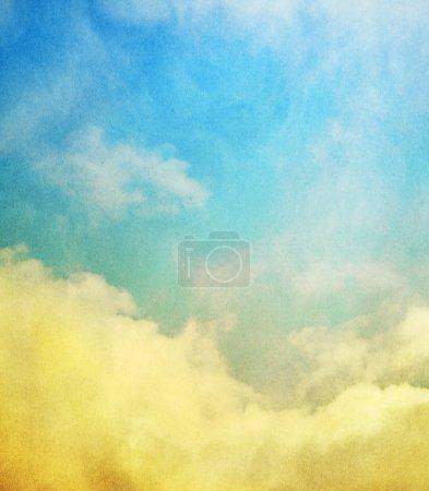 Photo pour Brouillard, brouillard et nuages avec un gradient jaune à bleu. Image a une superposition de papier texturé et motif de grain visible à 100 % . - image libre de droit