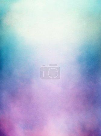 Foto de Una abstracción de las nubes y niebla con un púrpura a verde degradado. imagen muestra un papel diferente textura y grano a tamaño completo. - Imagen libre de derechos