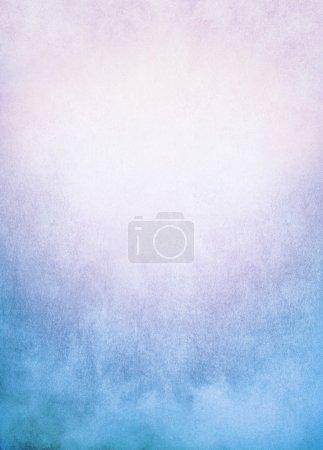 Photo pour Une image de fond de brouillard, brouillard et nuages avec un dégradé bleu à rose coloré. Image a texture significative et grain visible à 100 pour cent . - image libre de droit