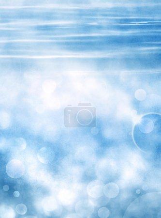 Photo pour Effet bokeh de mise au point douce sur un fond d'eau bleu ondulé avec éclat de lentille. Image a un grain de papier agréable et la texture à 100 pour cent . - image libre de droit
