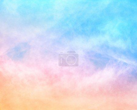 Foto de Un fondo de nube suave con un gradiente naranja a azul de color pastel. Imagen cuenta con un grano de papel agradable y textura al 100 por ciento . - Imagen libre de derechos