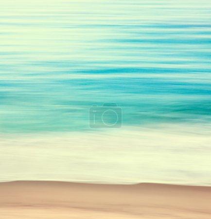 Foto de Un paisaje abstracto océano con movimiento de barrido borrosa. imagen muestra un look retro con colores cruzado. - Imagen libre de derechos