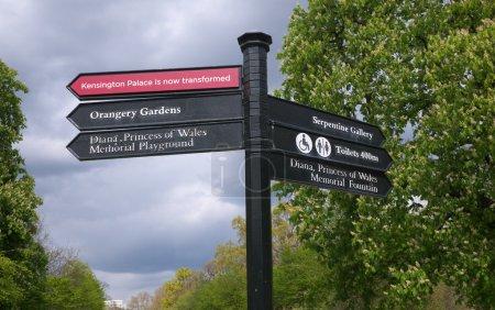 Photo pour Panneaux routiers pour piétons à Kensington Gardens, Londres - image libre de droit