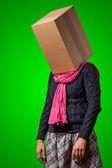 Dívka s hlavou lepenkové krabice