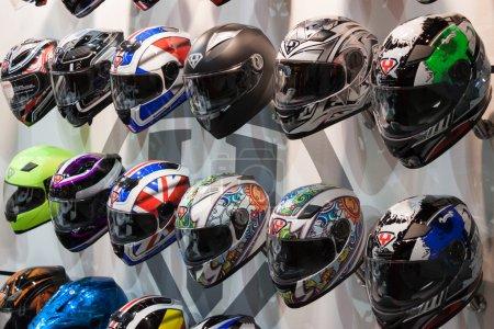 Foto de Milan, Italia - el 5 de noviembre: motos cascos en exhibición en eicma, exposición internacional de la motocicleta en 05 de noviembre de 2013 en Milán - Imagen libre de derechos