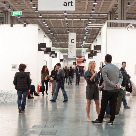 Photo pour MILAN, ITALIE - 28 MARS : Les gens visitent Miart, exposition internationale d'art moderne et contemporain le 28 MARS 2014 à Milan . - image libre de droit