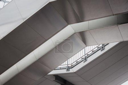 Photo pour Détails architecturaux de l'escalier du bâtiment moderne - image libre de droit