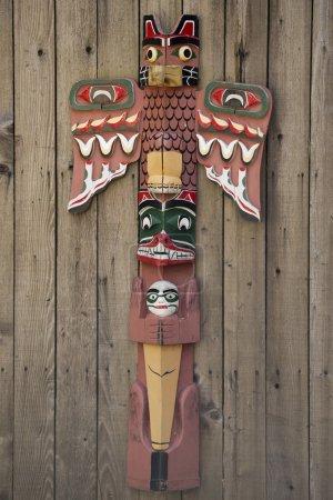 Photo pour Totems bois isolés dans le fond de bois - image libre de droit