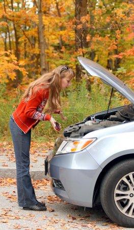 Photo pour Jeune femme a un problème avec sa voiture sur la route - image libre de droit
