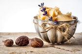 Shea-Butter und Nüssen