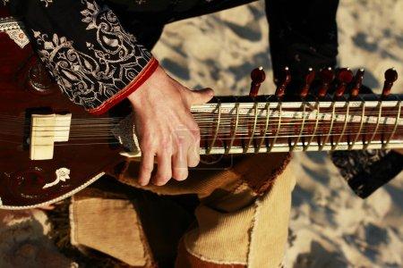 Photo pour Homme jouant du sitar - image libre de droit