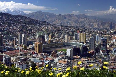 Photo pour La ville de La Paz haute dans les Andes en Bolivie - vue de Mirador Kilikili - image libre de droit