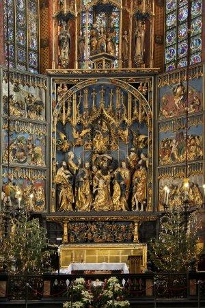 Photo pour Le grand autel de Veit Stoss (dates de 1478) dans l'église Sainte-Marie de la place principale (Rynek Glowny) dans la ville de Cracovie en Pologne. La basilique gothique est également connue comme l'église de l'Assomption de la Vierge . - image libre de droit