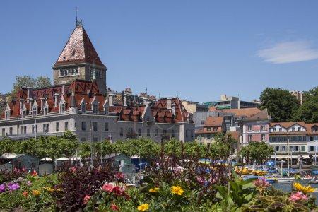 Photo pour Château Ouchy et le front de mer dans la ville d'ouchy, sur la rive nord du lac Léman en Suisse. - image libre de droit