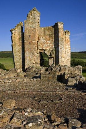 Photo pour Château d'edlingham près d'alnwick Northumberland, au nord-est de l'Angleterre. les ruines d'un manoir pensaient pour avoir été construit par william felton de en 1295ad. Il a été fortifié contre les écossais au cours du XIVe siècle. - image libre de droit