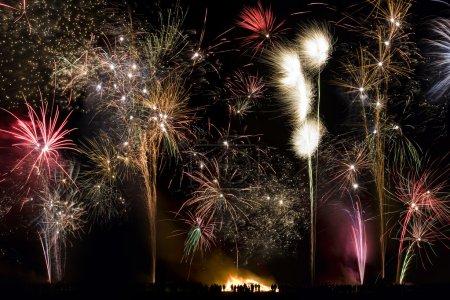 Photo pour Affichage de feux d'artifice. Guy Fawkes Night (également connu sous le nom de Bonfire Night) est une célébration annuelle en Angleterre le soir du 5 novembre. Il célèbre le dépouillement de la Parcelle de poudre à canon du 5 novembre 1605 . - image libre de droit