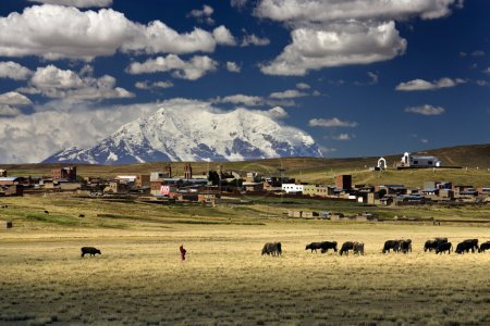 Photo pour Montagne Illimani (6100m) et village (3800m) sur l'altiplano près de La Paz en Bolivie - image libre de droit