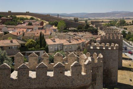 Photo pour Les remparts médiévaux autour de la ville d'Avila dans la région de Castille-y-Léon au centre de l'Espagne . - image libre de droit