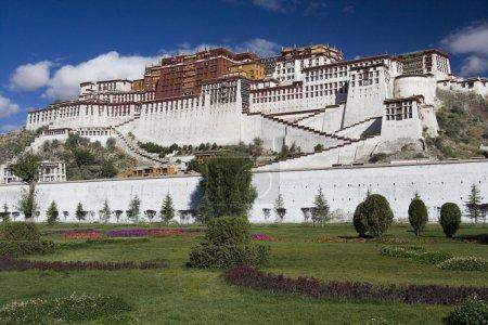 Foto de Región Autónoma del Tíbet de china. el Palacio de potala en lhasa. el Palacio potala fue la principal residencia del dalai lama hasta el decimocuarto dalai lama huyó a dharamsala, india, durante el levantamiento tibetano de 1959. - Imagen libre de derechos