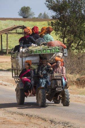 Photo pour Les travailleurs agricoles transportent sur une route de campagne dans la région de PaO de l'État de Shan au Myanmar. Les PaO ou Pa-Oh (aussi connus sous le nom de Taungthu et Karen noire) forment un groupe ethnique en Birmanie, composé d'environ 600 000 personnes. . - image libre de droit