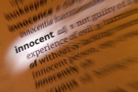 Photo pour Innocent 1. non coupable d'un crime ou d'une infraction, exempt de tort moral, non corrompu. 2. sans expérience ni connaissance. 3. n'est pas responsable d'un événement ou n'est pas directement impliqué dans celui-ci mais en subit les conséquences - image libre de droit