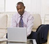 African american male avec ordinateur portable