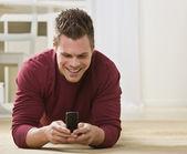 mâle attrayant avec téléphone portable
