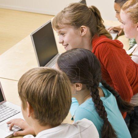 Photo pour Étudiants travaillant sur les ordinateurs portables - image libre de droit