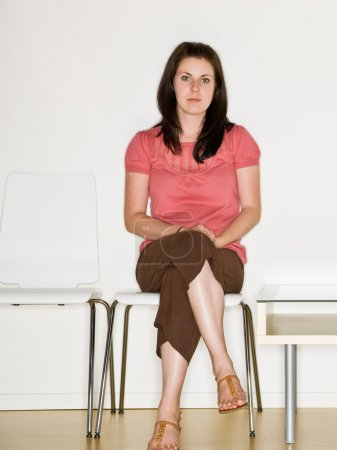 Mujer sentada en la sala de espera