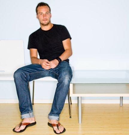 Hombre sentado en la sala de espera