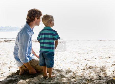Photo pour Père et fils à la plage - image libre de droit