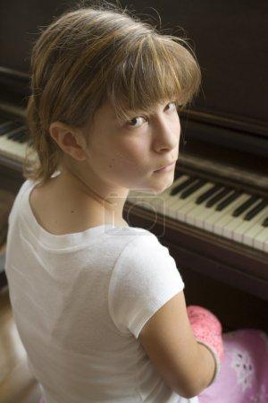 Photo pour Photos de maggie dans le plâtre rose avant un récital de piano. - image libre de droit