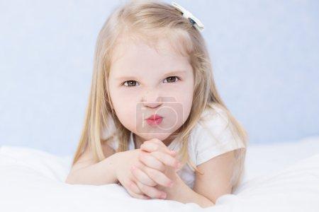 Photo pour Portrait de petite fille en colère pour tout-petits - image libre de droit
