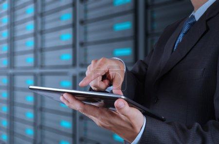 Photo pour Main d'homme d'affaires à l'aide de fond de tablette ordinateur et serveur de salle - image libre de droit