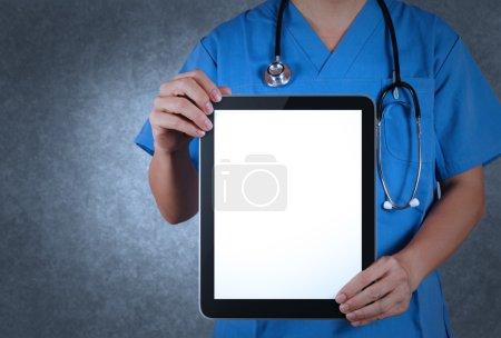 Photo pour Docteur pointant votre texte sur une tablette numérique avec un tracé de détourage pour l'écran - image libre de droit