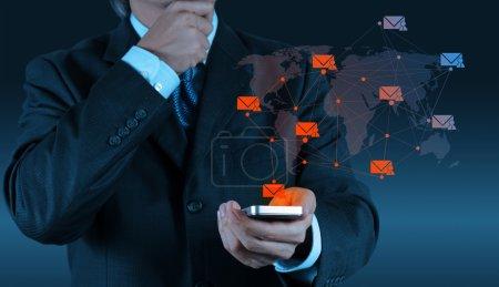 Photo pour Homme d'affaires main utiliser un ordinateur de téléphone intelligent avec icône e-mail moderne comme concept - image libre de droit