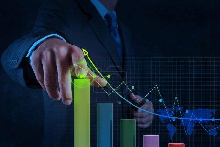 Photo pour Main d'homme d'affaires travaillant avec les affaires de diagramme virtuel sur l'ordinateur d'écran tactile comme concept - image libre de droit