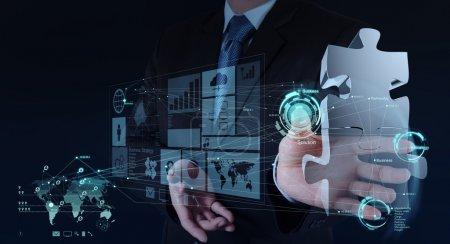 Photo pour Homme d'affaires main travaillant avec l'interface informatique montrer puzzles comme concept de partenariat - image libre de droit