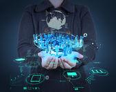 Podnikatel s novým moderním počítači zobrazit sociální síť
