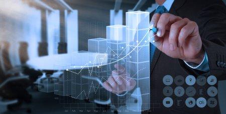 Photo pour La main d'homme d'affaires dessine le concept de graphique de succès d'affaires sur l'écran virtuel - image libre de droit
