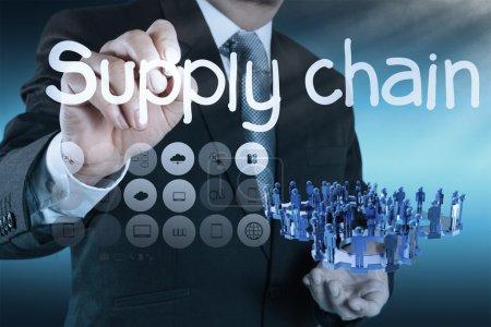 Photo pour Homme d'affaires écrivant concept de gestion de la chaîne d'approvisionnement par flux du fournisseur au client - image libre de droit