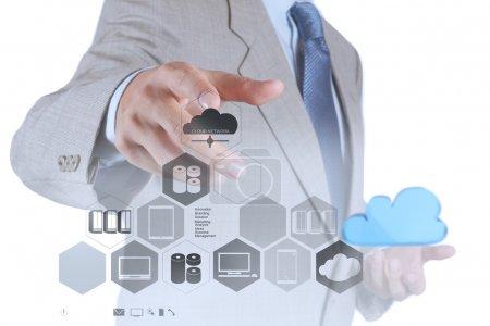 Photo pour Main d'homme d'affaires montrant le concept d'idée de réseau cloud - image libre de droit