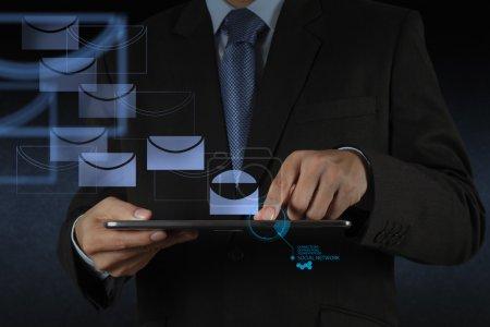 Photo pour Homme d'affaires main utiliser tablette ordinateur avec icône e-mail virtuel comme concept - image libre de droit