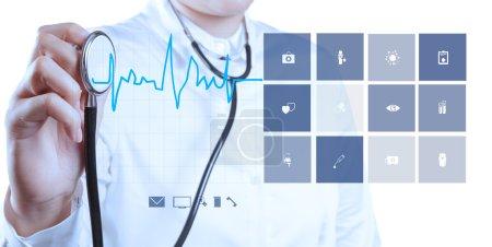Photo pour Médecine médecin main travaillant avec ordinateur moderne montrer cardiologue - image libre de droit
