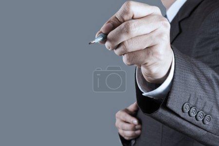 Photo pour Main d'homme d'affaires écrit dans le tableau blanc ou un écran virtuel - image libre de droit